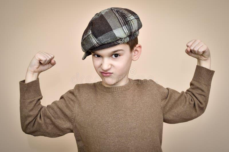 Forte giovane ragazzo che mostra il suo armi immagine stock libera da diritti