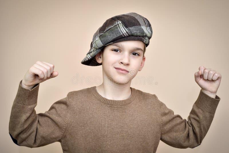 Forte giovane ragazzo che mostra il suo armi immagine stock