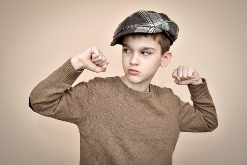 Forte giovane ragazzo che mostra il suo armi fotografia stock