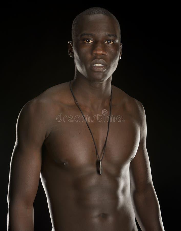 Forte giovane uomo di colore che sopporta la sua cassa fotografia stock libera da diritti