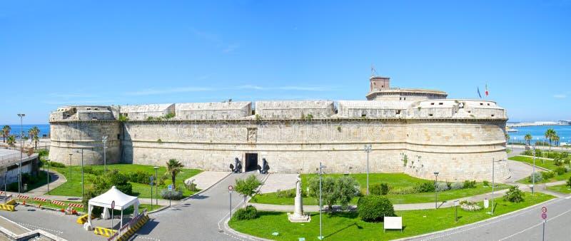 Forte histórico panorâmico Michelangelo em Civitavecchia, em cruzeiro e no porto industrial de Roma Italy foto de stock royalty free