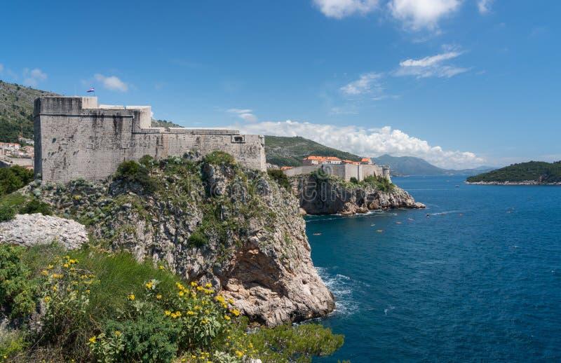Forte Lawrence e paredes da cidade da cidade velha de Dubrovnik na Croácia foto de stock