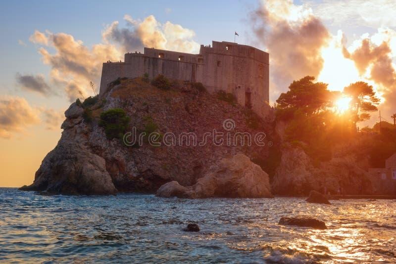 Forte Lovrijenac ou St Lawrence Fortress em Dubrovnik no por do sol, torre famosa igualmente conhecida como Gibraltar de Dubrovni imagem de stock royalty free