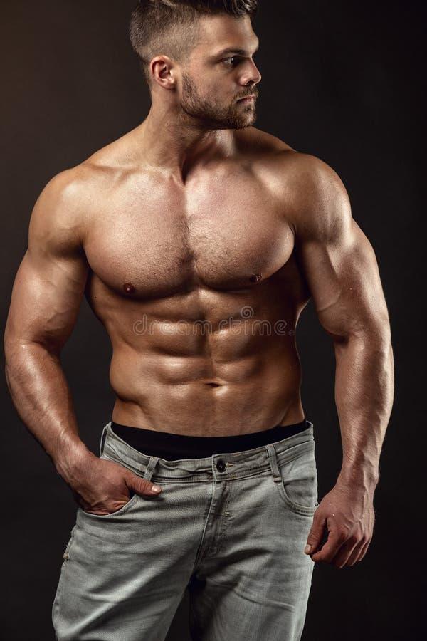 Forte modello atletico Torso di forma fisica dell'uomo che mostra i grandi muscoli immagini stock libere da diritti