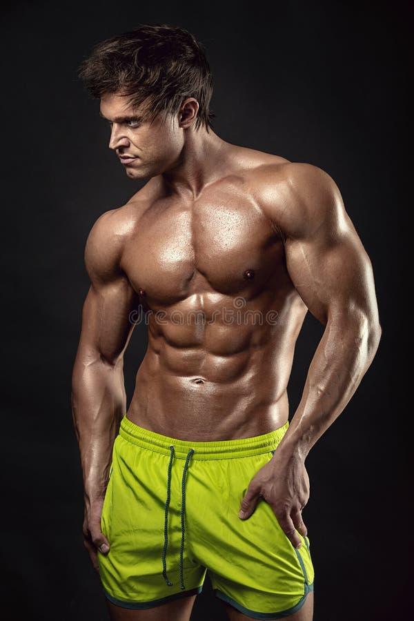 Forte modello atletico Torso di forma fisica dell'uomo che mostra i grandi muscoli fotografia stock libera da diritti