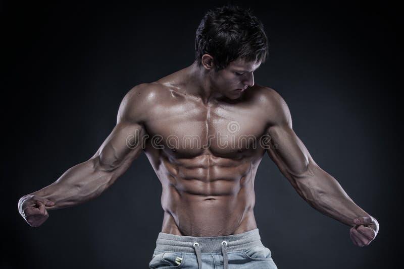 Forte modello atletico Torso di forma fisica dell'uomo che mostra i grandi muscoli più fotografia stock