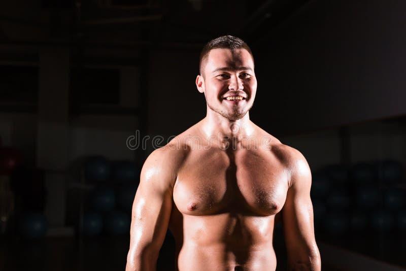 Forte modello atletico Torso di forma fisica dell'uomo che mostra l'ABS di addominali scolpiti immagini stock libere da diritti