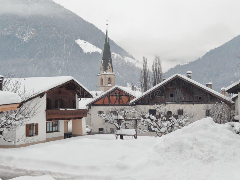Forte nevicata nel villaggio di Pfunds, Tirolo, Austria immagini stock