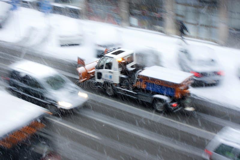 Forte nevicata nelle vie della città fotografie stock libere da diritti
