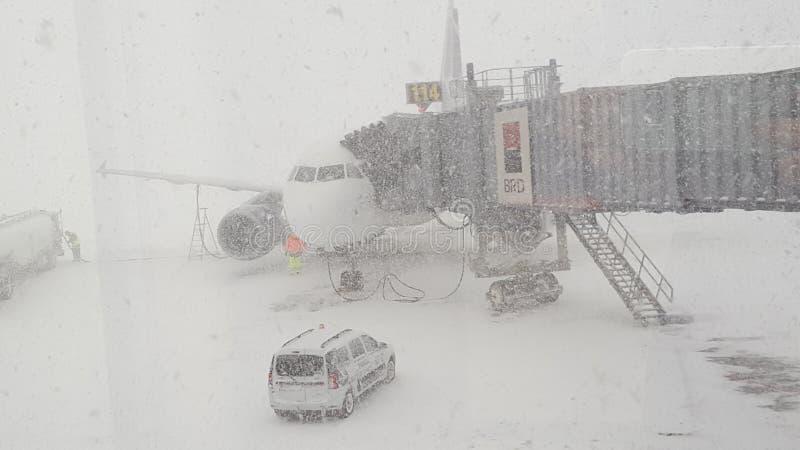Forte nevicata sull'aeroporto Bucarest di Otp immagini stock