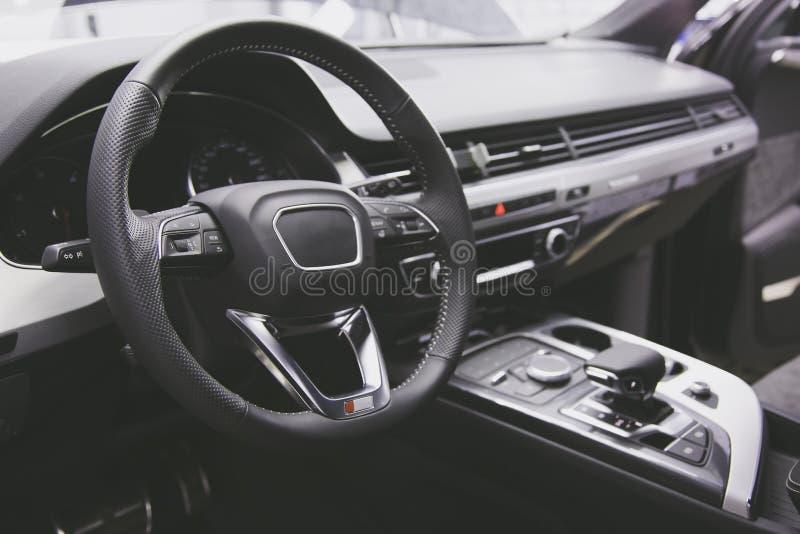 Forte opaco tonificato Volante dell'automobile di lusso moderna multi, leva dello spostamento e cruscotto interni immagini stock libere da diritti