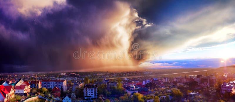 Forte pluie approchant la ville à la lumière de coucher du soleil Uzhhorod, Ukraine photographie stock