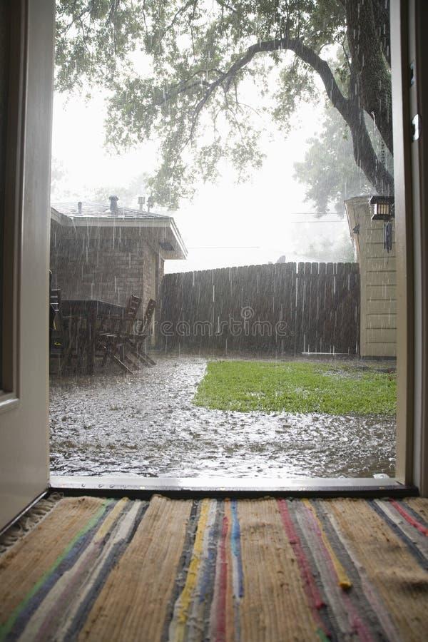 Forte pluie dans l'arrière-cour photo stock