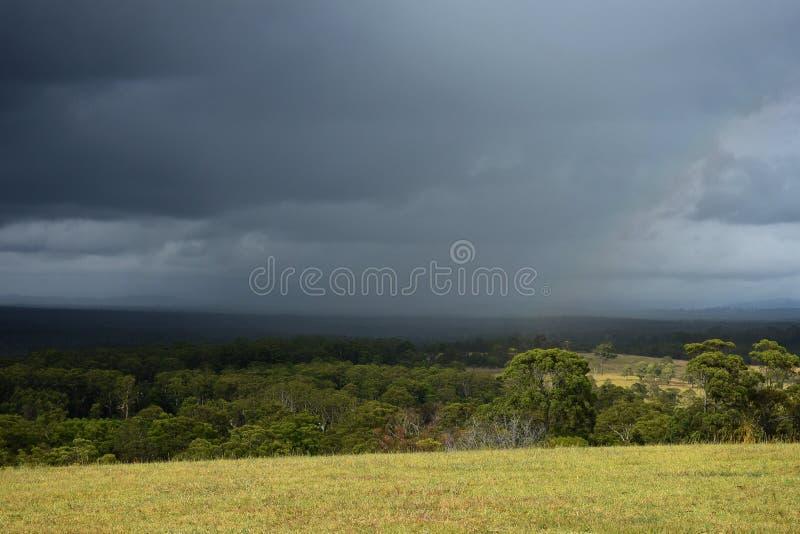 Forte pluie se déplaçant à travers un paysage rural image libre de droits