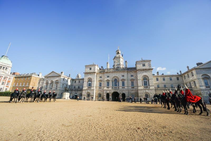 Forte soldato di cavalleria sul cavallo preso al museo della cavalleria della famiglia a Londra immagine stock