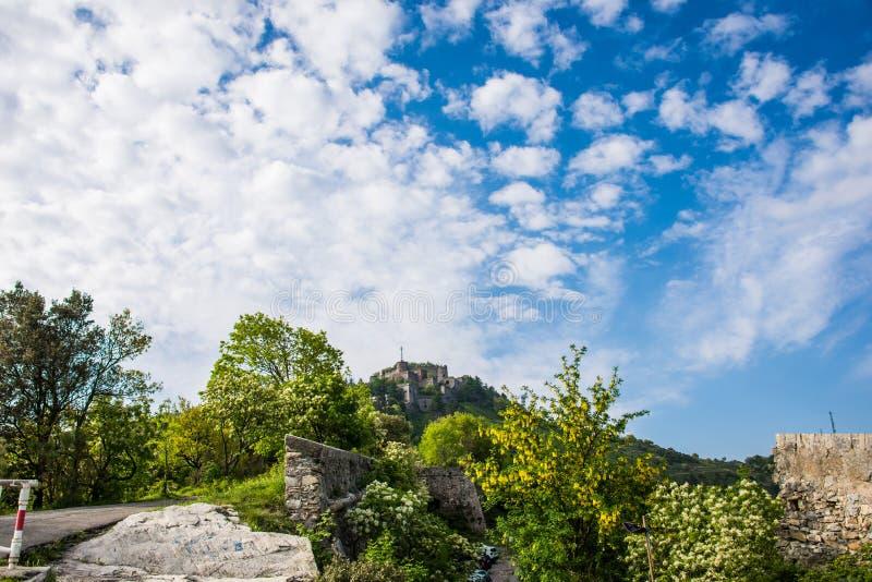 Forte Sperone et un ciel bleu lumineux image stock