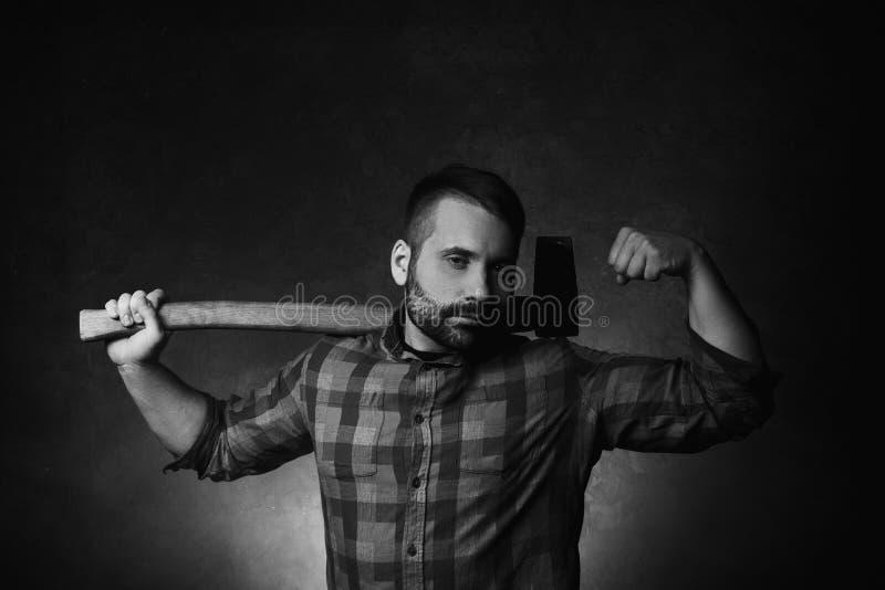 Forte taglialegna con l'ascia Forza maschio immagine stock libera da diritti
