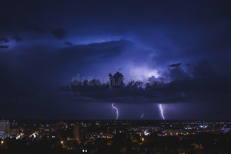 Forte tempesta di notte di estate nella città di Tomsk fotografie stock libere da diritti