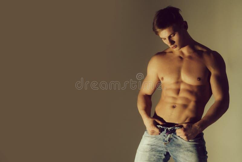 Forte uomo atletico, modello di forma fisica, torso che mostra l'ABS di addominali scolpiti fotografie stock