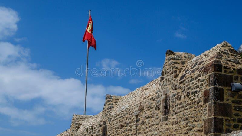 Forteca ściana Mont saint michel, wiosna w Francja Czerwonej flaga st obrazy royalty free