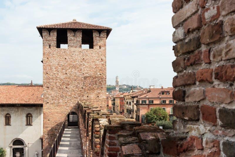 Forteca wieża obserwacyjna nad wejście w Castelvecchio i ściana obrazy royalty free