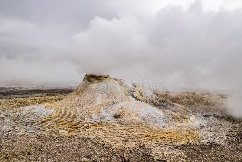 Fortement tabagisme de peu de volcan images libres de droits