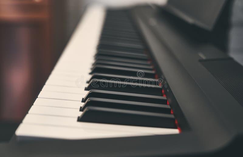 Fortepianowa klawiatura zamknięta w górę szczegółu zdjęcia royalty free