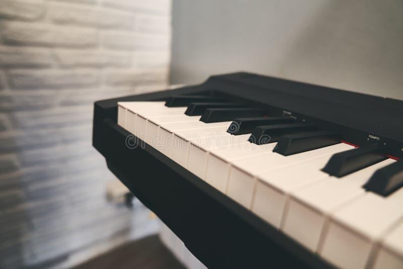Fortepianowa klawiatura zamknięta w górę szczegółu fotografia royalty free