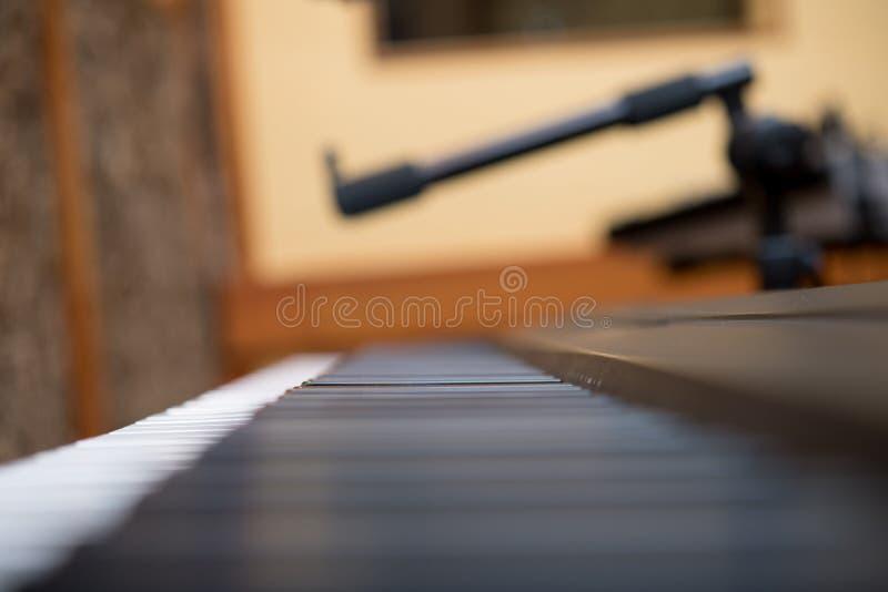 Fortepianowej klawiatury makro- zakończenie w górę selekcyjnej ostrości zdjęcia royalty free