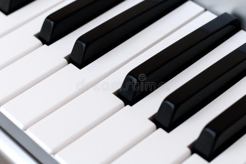Fortepianowi klucze, synth zbliżenie, tło zdjęcie royalty free