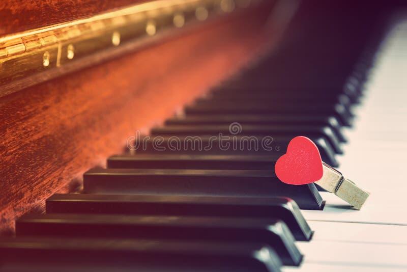 Fortepianowi klucze z drewnianą czerwoną kierową klamerką, rocznika koloru retro styl fotografia stock