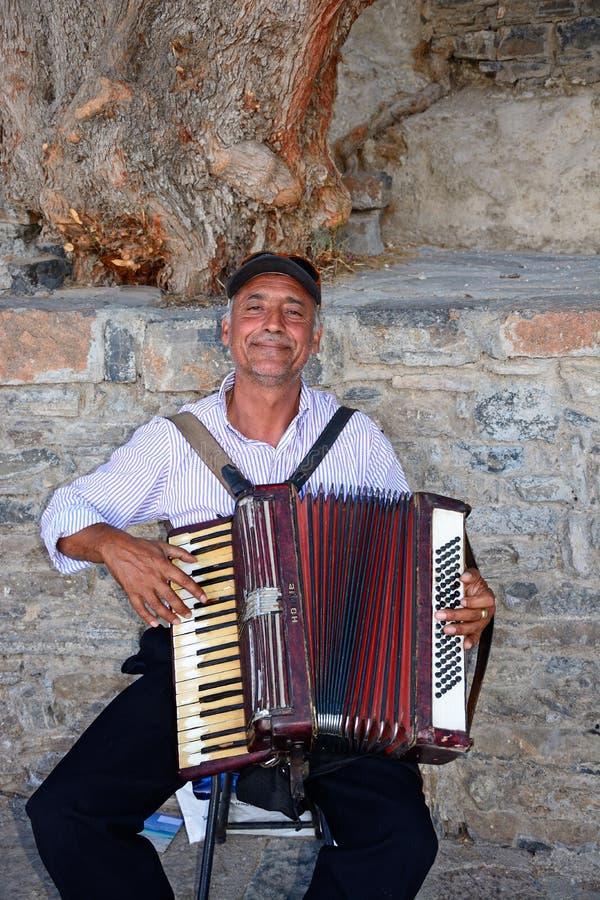 Fortepianowy akordeonista, Agios Nikolaos fotografia royalty free