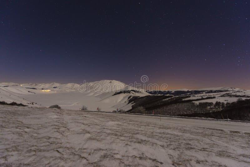 Download Fortepianowy Grande Castelluccio Di Norcia W Zimie Z śniegiem Ni Zdjęcie Stock - Obraz złożonej z zima, zimno: 53792082