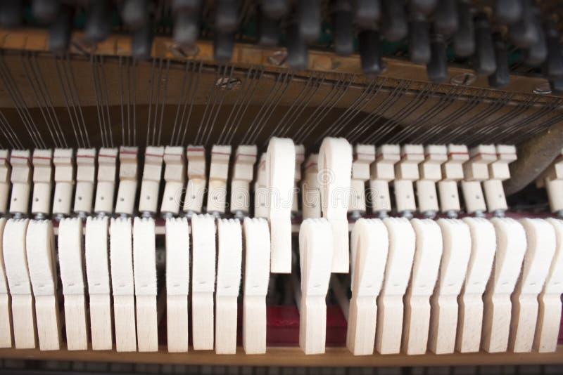 Fortepianowy młot wśrodku mechanizmu zdjęcia royalty free
