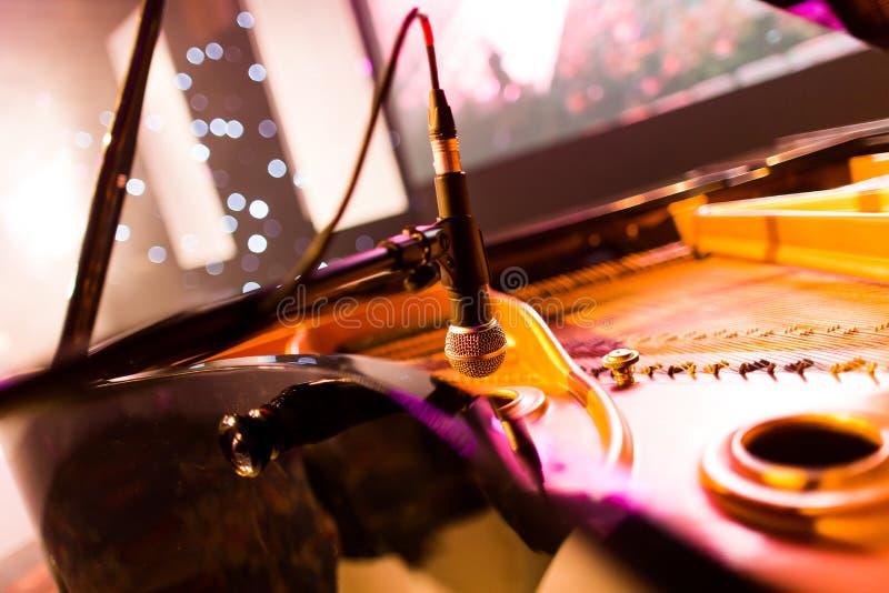 Fortepianowy mikrofon zdjęcia royalty free