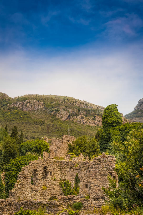 Forteresse antique dans les montagnes photographie stock libre de droits