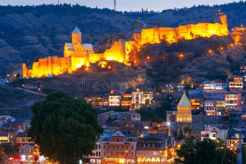 Forteresse antique Narikala et vieille ville la nuit, Tbilisi, la Géorgie photo stock
