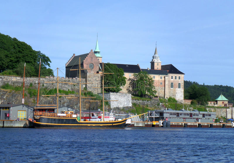 Forteresse d'Akershus, monument médiéval sur le rivage du port d'Oslo images stock