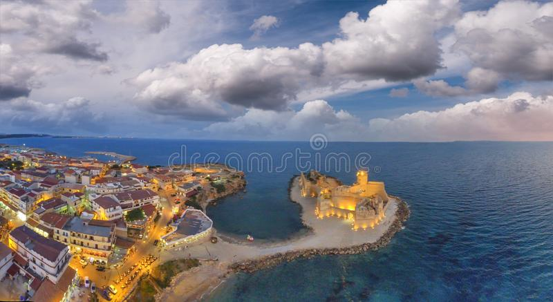 Forteresse d'Aragonese, Calabre, Italie Panorama aérien étonnant à image stock