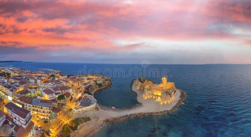 Forteresse d'Aragonese, Calabre, Italie Panorama aérien étonnant à photo stock