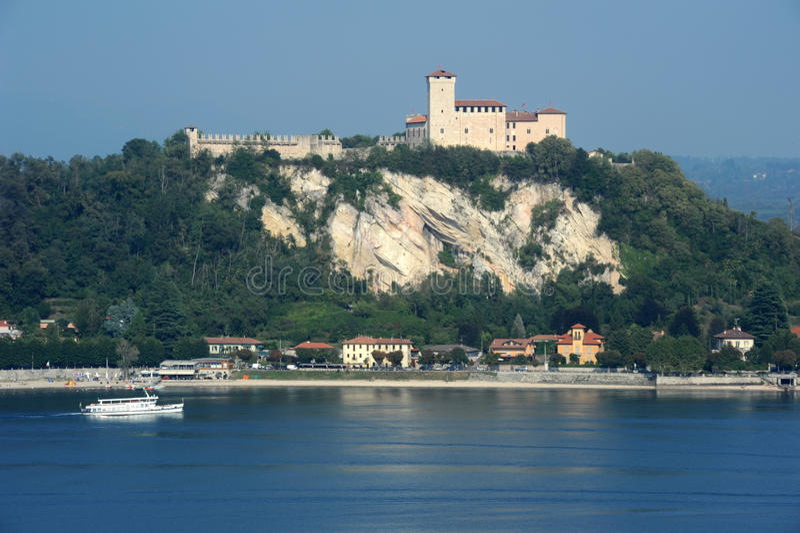 Forteresse de Boromea sur le lac Maggiore images libres de droits