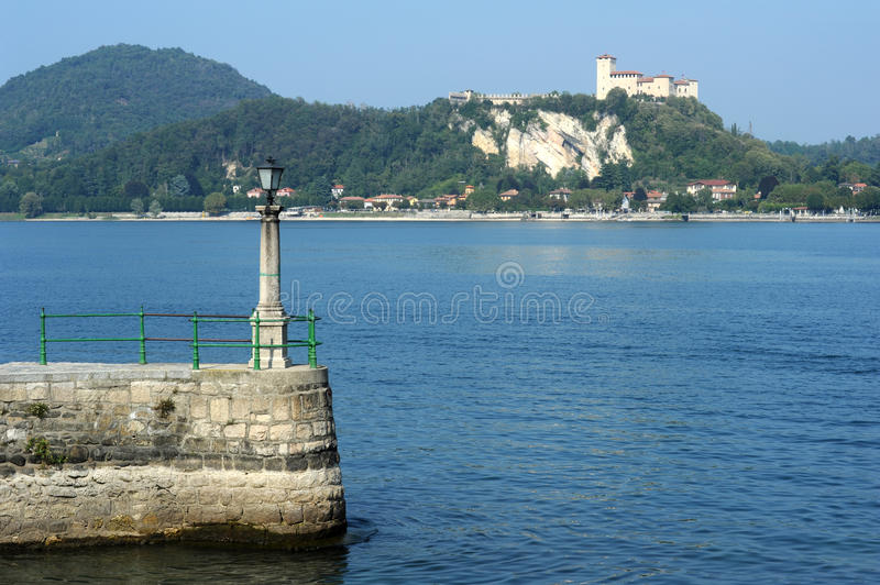 Forteresse de Boromea sur le lac Maggiore photo stock