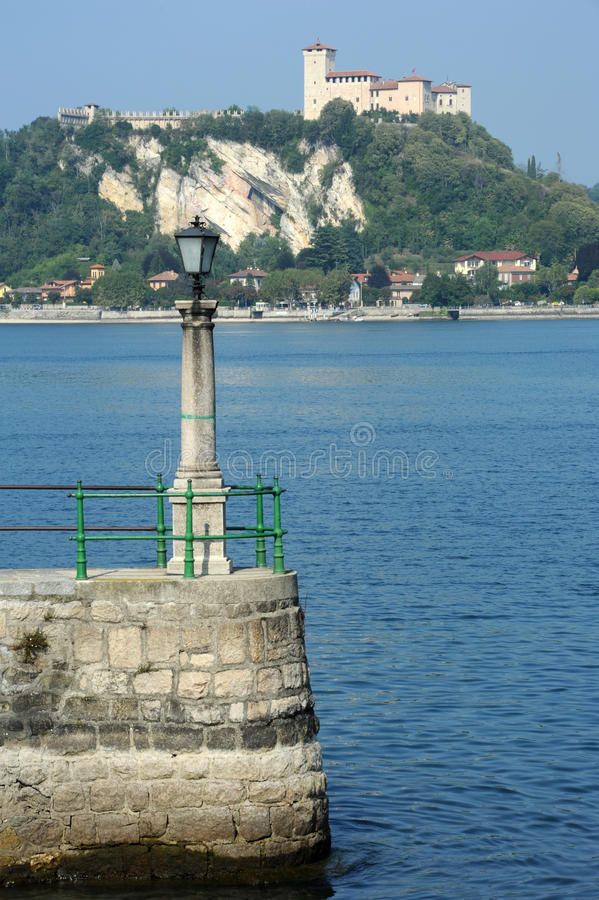 Forteresse de Boromea sur le lac Maggiore photographie stock