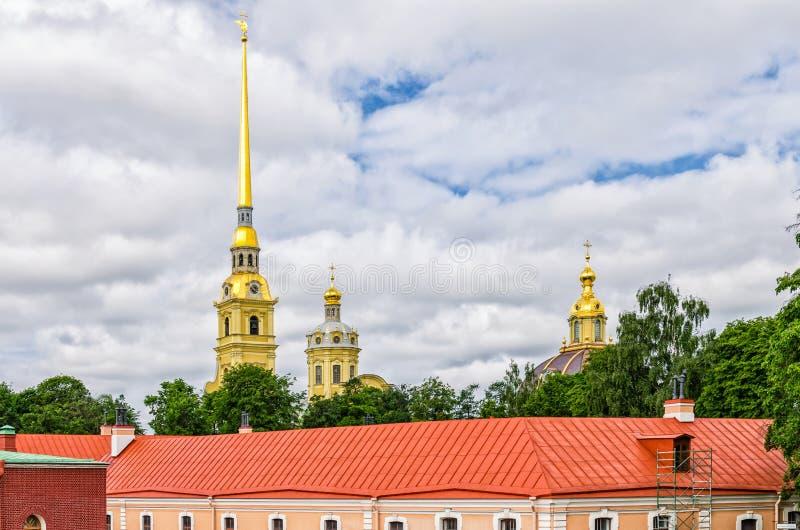 Forteresse de Peter et de Paul, les dômes de la cathédrale de Peter et de Paul et du toit de la maison d'ingénierie d'Ingenerny images stock