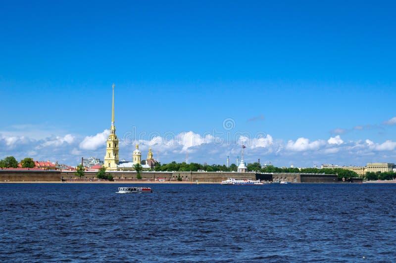 Forteresse de Petropavlovskaya sur l'île de lièvres de la rivière de Neva, St Petersburg image libre de droits