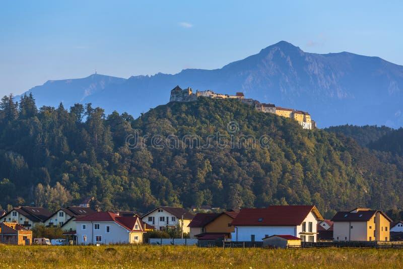 Forteresse de Rasnov et montagnes de Bucegi, Roumanie images stock