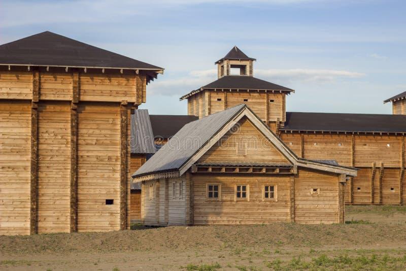 Forteresse en bois antique avec des maisons, un haut mur et une tour de cloche images libres de droits
