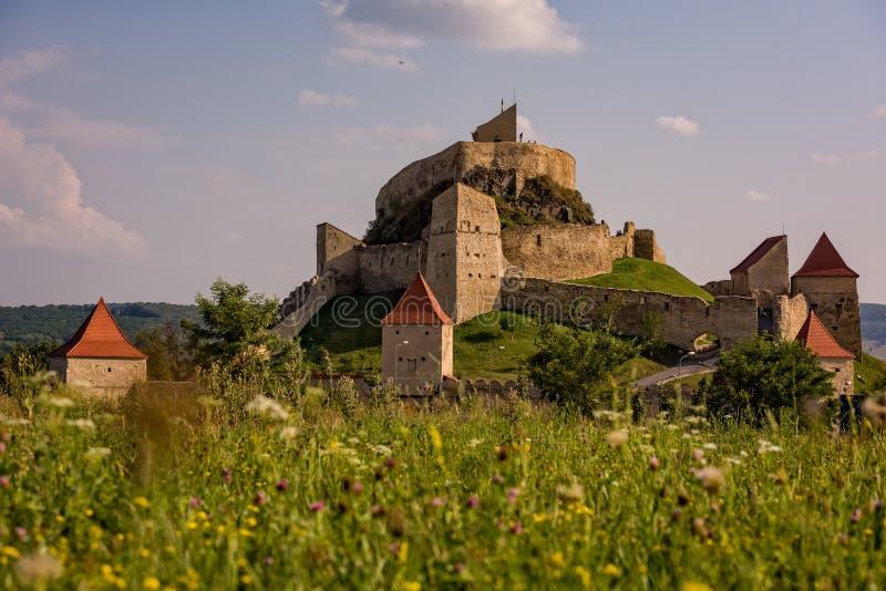 Forteresse médiévale de Rupea dans les collines de la Transylvanie Roumanie photo libre de droits