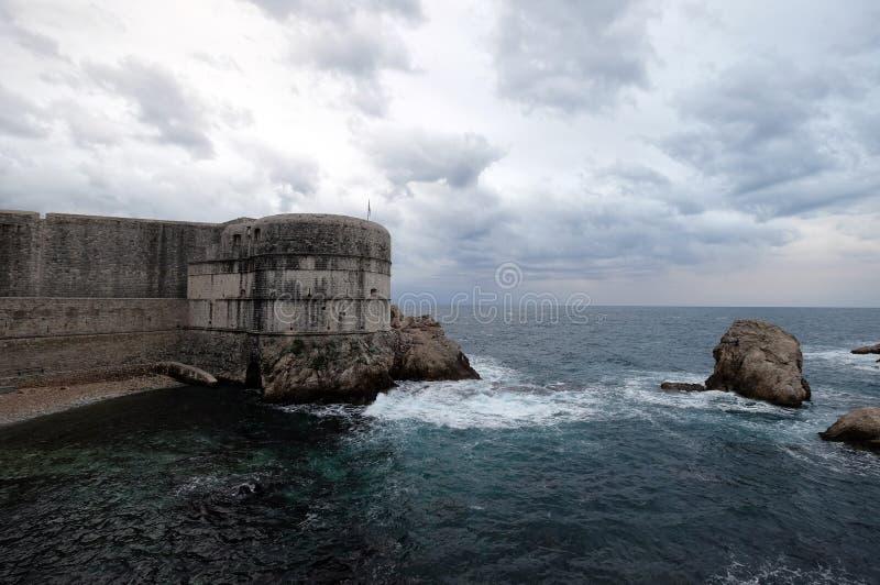 Fortet Bokar är den nyckel- punkten i försvaret av den Pila porten i Dubrovnik arkivbild