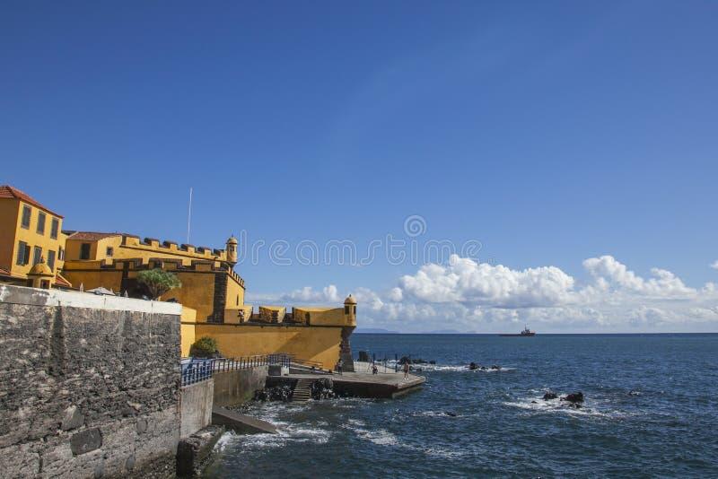 Fortet mot de blåa himlarna, Funchal, madeira arkivbild